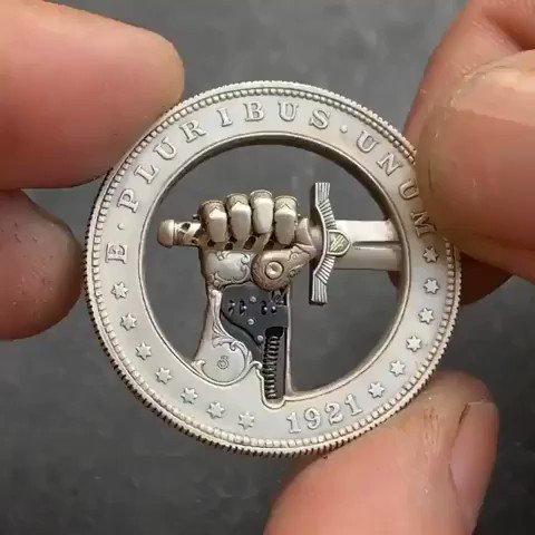 隠しボタン付きの改造された1ドル硬貨