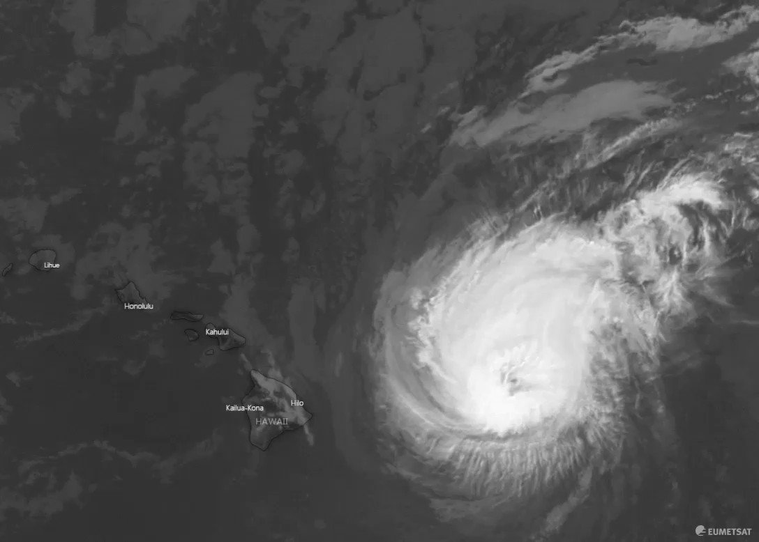 Image for the Tweet beginning: #HurricaneDouglas very close to #Hawaii