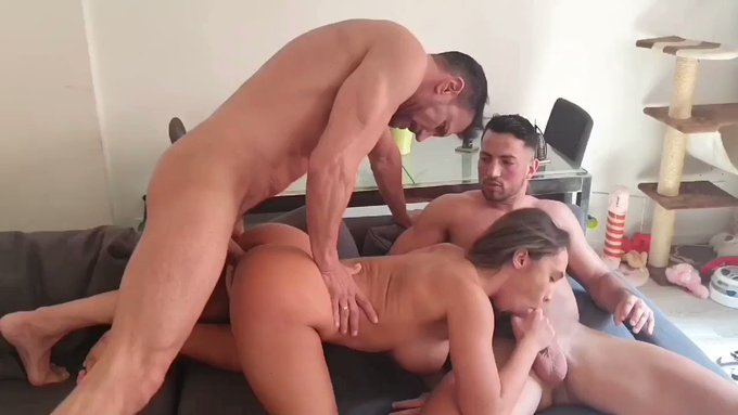 Escena súper hot  @BrianaBanderas https://t.co/PPkNiTwqXt Sex en hard sex!!!!! @Maximo_garcia1 https://t