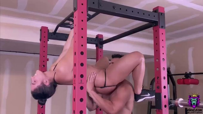 🇾​🇮​🇳​🇾​🇱​🇪​🇴​🇳​ Big Tits Brunette gets an intense anal fuck in the gym after core workout https://t