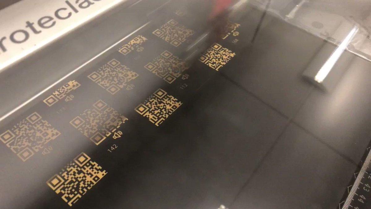 """Unser #Lasercutter⚡️arbeitet auf Hochtouren. Erklärungen zu Ausstellungsobjekten werden mit QR-Code verlinkt. Beim #scan🤳öffnet sich eine #Webseite oder Audiodatei auf dem Smartphone 🎙️📲 #app #laser #mint #Laser  #Ausstellung #interaktiv #QRCodes  <a class=\""""link-mention\"""" href=\""""http://twitter.com/flux_nrw\"""" target=\""""_blank\"""">@flux_nrw</a> <a href=\""""https://t.co/Ul1g0CuU91\"""" class=\""""link-tweet\"""" target=\""""_blank\"""">https://t.co/Ul1g0CuU91</a>"""