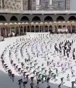 خانہ کعبہ کی رونق بحال حجاج کرام بیت اللہ کا طواف کر رہے ہیں۔ کورونا کی وجہ سے اس سال محدود تعداد میں صرف سعودی عرب سے حجاج حج کا فریضہ انجام دے رہے ہیں۔ طواف میں بھی فاصلہ ملحوظ رکھا گیا ہے