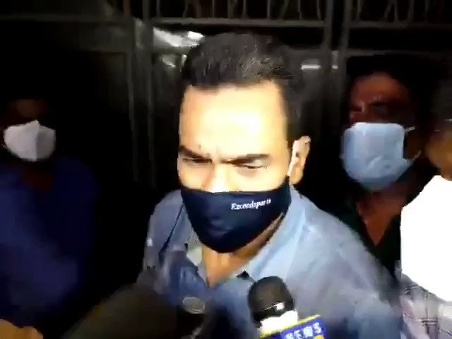#RheaChakroborty #MahaGovtSoldOut मिस्स behave with #BiharPolice. You can see in the video They are blocking and not allowing them to elaborate the investigation to the media . What the fuck going in #MumbaiPoliceExposed ? #SSRCaseIsNotSuicide #SSRDidntCommitSuicide pic.twitter.com/pYnnYoA4Mz