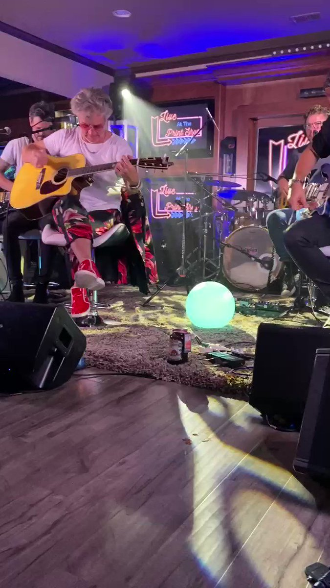 Collective Soul performing yesterday was so cool. Almost as cool as Ed Rolands shoes! Shout out to @PrintShopLive and @SugarlandsShine Nothing better than a little shine with ur 'Shine'! https://t.co/k06EoslhE1