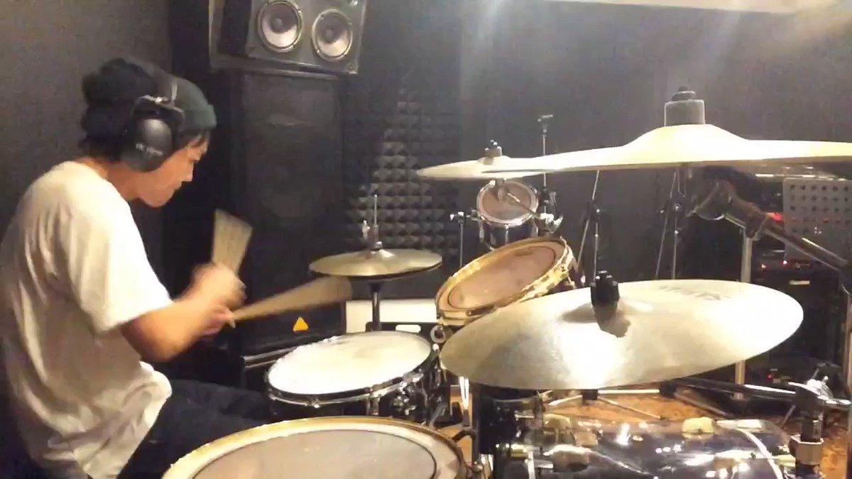 宇多田ヒカル/traveling4つ打ちの曲は踊るように叩く事が多いです。そのほうが楽しいんで。カメラ目線なのはおっさんがコンタクトにして写りを気にしてます。#drum#drums#drummer#ドラム#ドラマー#叩いてみた#ead10#recnshare#邦楽#jpop#pops#ドラマーさんと繋がりたい#コンタクト