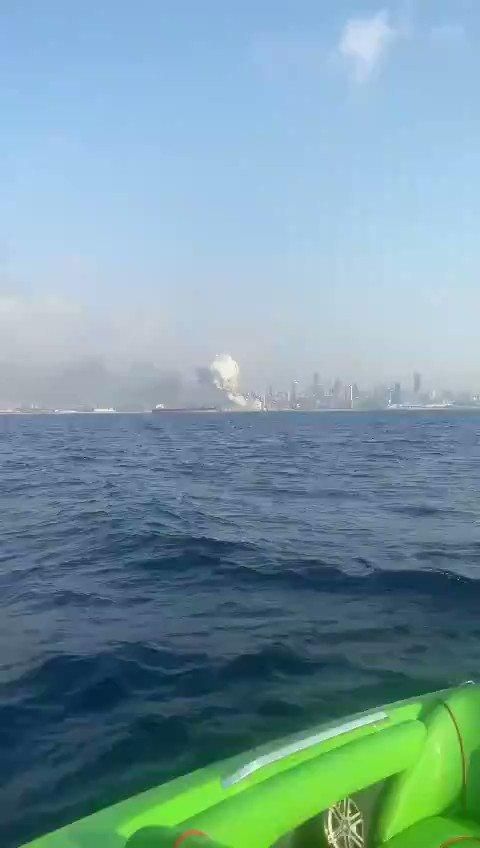 Вид с моря на взрыв в порту Бейрута. Ракурс, с которого лучше всего виден масштаб. Это конечно что-то нереальное — сопоставимое с 9/11. https://t.co/fycSlqnn9t