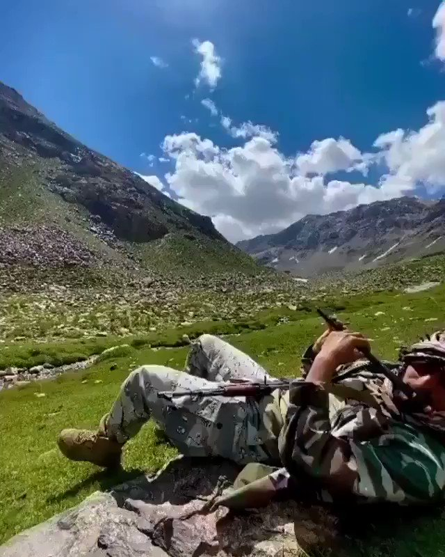 Romantic #flute song by an Afghan border control soldier. Flute lovers should enjoy listening to it. pic.twitter.com/LU1SyhbTrk