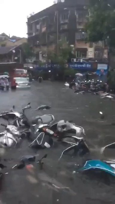 #mumbaifloods Video Trending In Worldwide