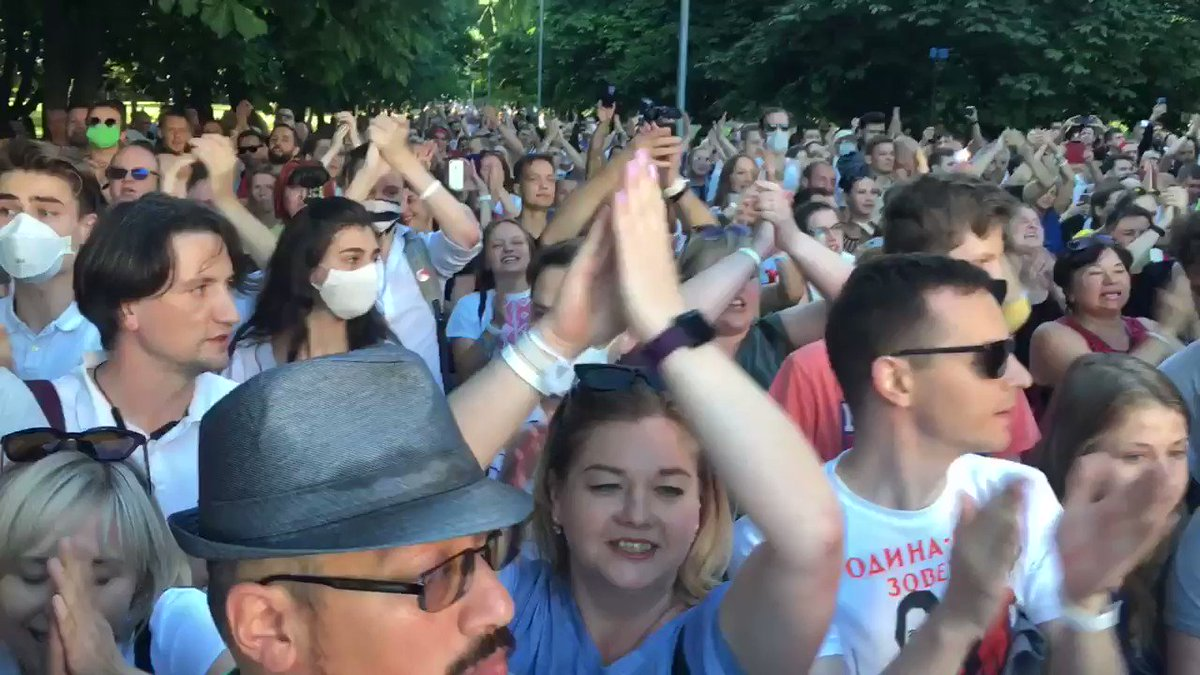 #Belarus. People gathered at the venue where a pro-govt concert is being held in #Minsk,not far from the park where #Tsikhanouskaya's rally was supposed to take place. At 7pm, they started clapping and chanting her name and other slogans. Crowds gathered again