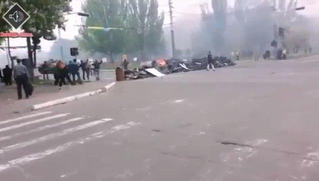 これは2014年5月9日、親露派暴動家に占領されていたマリウポーリ市がウクライナ陸軍によって開放される動画だが… 何度見ても、戦車の機動力に驚く。スピードを落とそうとすらせず、何もないかのようにバリケードを乗り越える。