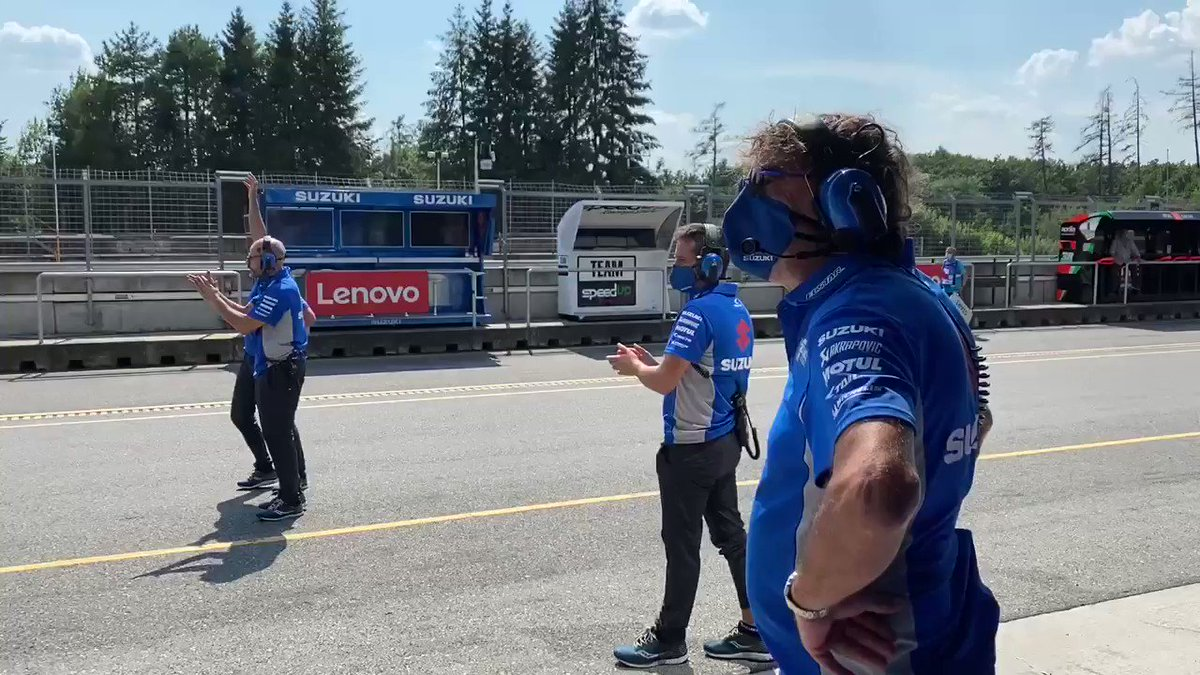 We simply had to share this behind the scenes moment with you all, the pictures speak for themselves 💪🏼💙 @MotoGP @Rins42 #SUZUKing #CzechGP