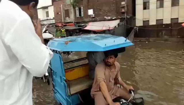 حسن مرتضیٰ دو موریہ پل پر پانی میں پھنسے رکشائوں کو دھکے بھی دھکے لگواتے رہے، پریشان حال شہریوں کی مدد کرتے رہے   کچھ دیر کی بارش نے لاہور کو ڈبو دیا ، حکومت غائب ہو گئی ، حسن مرتضیٰ  @BBhuttoZardari @S_HassanMurtaza  #Punjab_Doobgaya https://t.co/M9mq7issrF