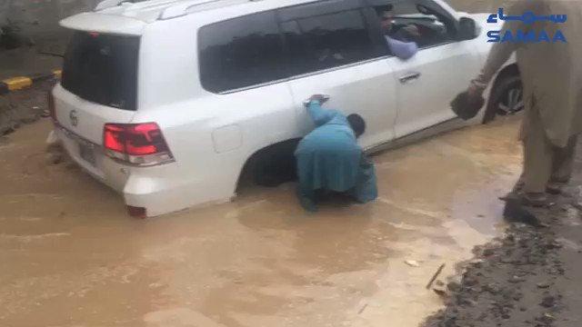 Lahore's Firdous Market was flooded following heavy rains on Sunday.   Vehicles were seen stuck in five-feet deep water https://t.co/Sm8K288vhm