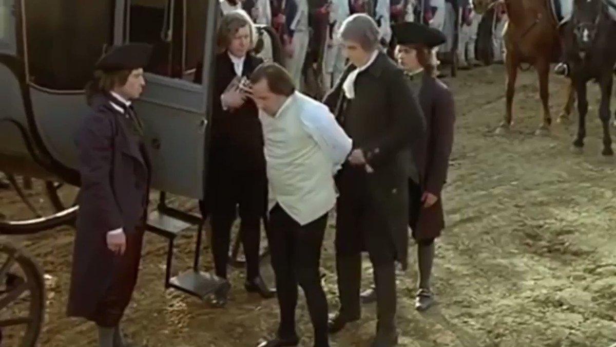 Tal día como hoy, el 10 de agosto de 1792, se asalta en París el Palacio de las Tullerías y cae la monarquía de Luís XVI. Un año más tarde, el rey es guillotinado en la Plaza de la Revolución. 🎬 Fragmento de Historia de una Revolución (1989, Robert Enrico y Richard Heffron).