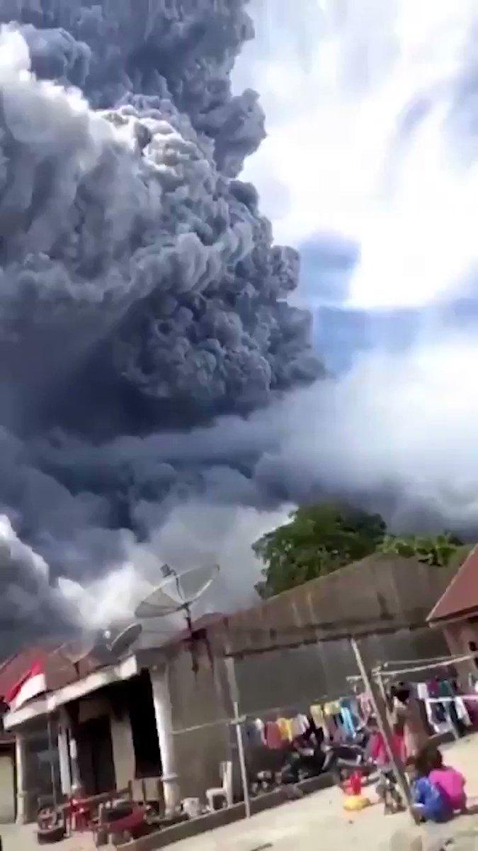 Image for the Tweet beginning: 🌋 El volcán #Sinabung entró