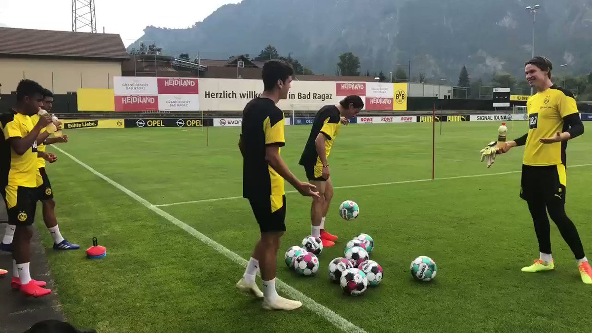 🚨 TRAINING LIVE STREAM 🚨  Tune into BVB TV or YouTube at 10:45 ET / 15:45 BST / 16:45 CEST to watch our first training session 🏃  https://t.co/96aLg0Xpjx
