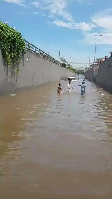 جب سندھ میں کم بارش آتا ہے تو کم پانی آتا ہے اور جب زیادہ بارش آتا ہے تو زیادہ پانی آتا ہے۔ بلاول بھٹو زرداری  یہ بات تو سمجھ میں آتی ہے مگر لاہور کا کیا کریں کہ جب لاہور میں کم بارش بھی آتا ہے تو پانی پھر بھی زیادہ ہی آتا ہے۔  #Punjab_DoobGaya https://t.co/TsT9QI2woO