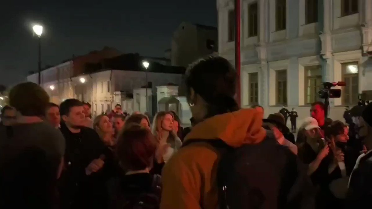 #belarus #russia #Moscow people protest at Belarus embasy in Moscow pic.twitter.com/t5Kjl26mxs