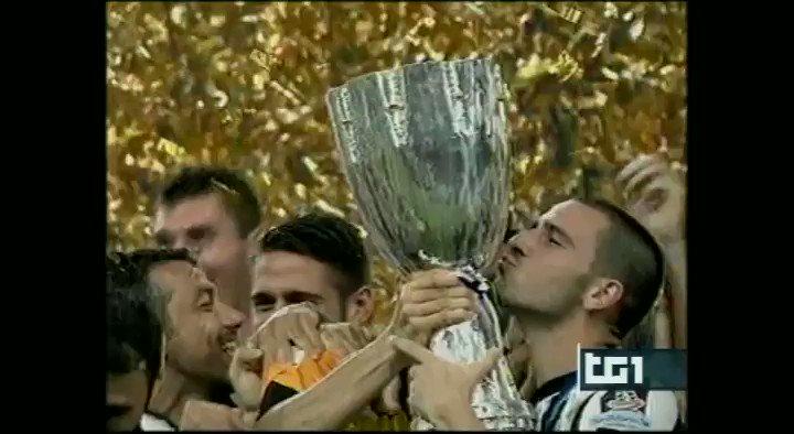 11/8/2012: a #Pechino, tutto il @sscnapoli diserta la premiazione della @SupercoppaITA appena vinta dalla #Juventus. 17/6/2020: a #Roma, @andagn premia i giocatori del #Napoli che hanno appena battuto i bianconeri ai rigori, in finale di #CoppaItalia. @juventusfc https://t.co/F3jumK3E4C