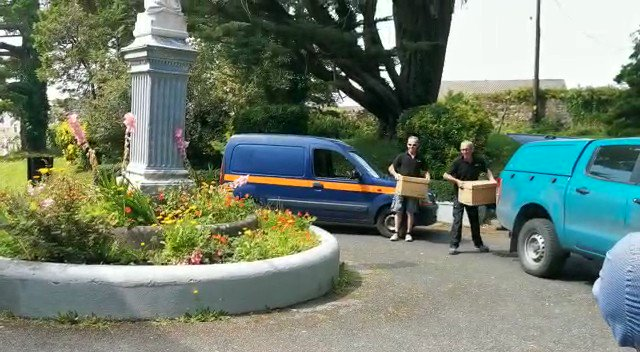 Barryscourt Castle @opwireland staff come to the rescue of the nuns at St. Benedict's Priory in #Cobh after thieves made off with 10 wheel barrel-loads of their apples. #ActOfKindness  More @rtenews at 21.00 https://t.co/Fs2O5Mnt4Q