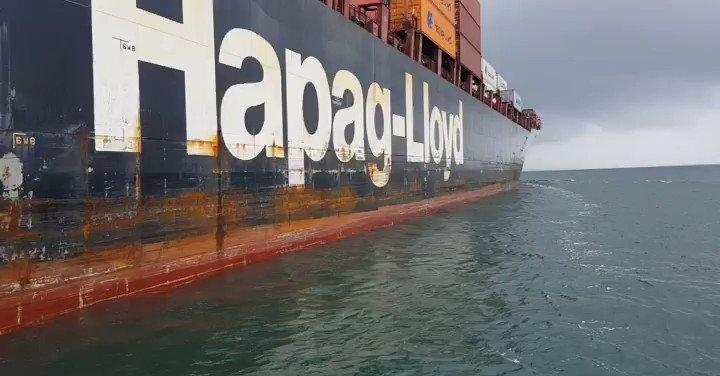 MV #KobeExpress from @hapaglloydag . First transit of Capt. Kurugamage Perera thru the @canaldepanama . Very happy with the #SafeTransit provided by the @canalpilots ..and now.. #itstimetogohome  #Panama #PanamaCanal #PanamaCanalPilots #CanalPilot #HappagLloyd #HarbourPilotspic.twitter.com/kfk72qi1Hz