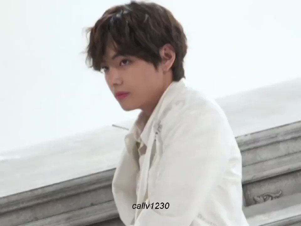 Taehyung demonstrating again how perfect he is in modeling. ✨  #BTSV #TAEHYUNG #MODEL @BTS_twt  https://t.co/Sqpwq96OwY