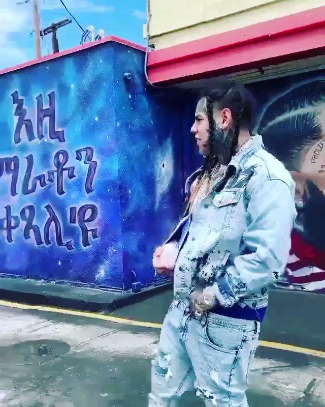 #6ix9ine went to pay respect to #NipseyHussle at his #FatBurger restaurant #ripnipsey #TMC #RiichStoneMedia #LosAngeles https://t.co/aqncCLrA5M