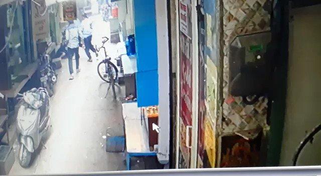 फ़िरोज़ाबाद में ज़िन्दा जलाये गये सर्राफ़ा कारोबारी राकेश वर्मा की आगरा के एसएन मेडिकल कालेज में मौत. रिश्ते के भाई पर है जलाने का आरोप.