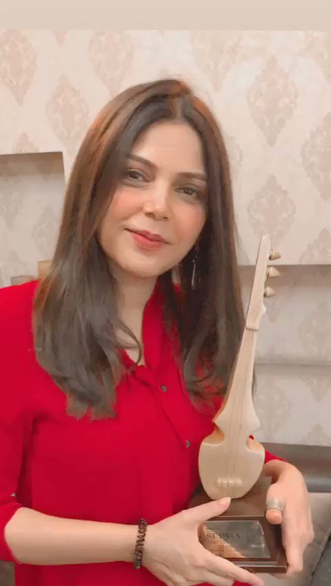 A beaming Hadiqa Kiyani is delighted with her win for Best Jingle at the 2nd SEPMA virtual Awards. She sang Abhi Tau Mein Jawan Hoon for the CALC advertisement.  #SEPMA2020 #ShaanePakistan https://t.co/3yWcxZE82h