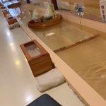 回転寿司みたいなノリで、頼んだものが水に流されて届く喫茶店がこちら!