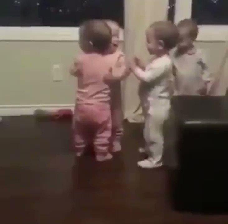 平和な世界!赤ちゃんたちのハグは最強