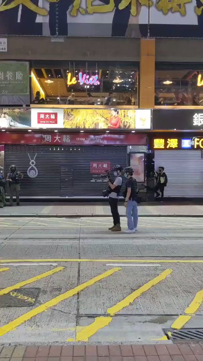 To end this thread with a bizarre scene tonight: Police photographer/cameraman made use of the time when armed officers sealed off the busiest shopping lane in Mongkok to capture some heroic portraits/group photos...Everything is a matter of narrative. #HongKong #HongKongProtests