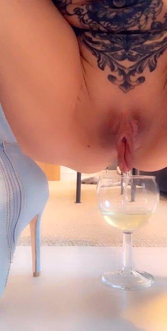 Anyone thirsty ? #myhugelips https://t.co/wsE2JlAu9w