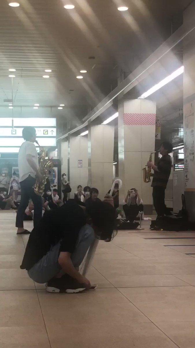 新宿で人身事故で電車待ちになった人達で仲良くなって演奏会始まった(´・ω・)つ❤終電待ちで元気が無い空気を一掃するために吹いてくれたから元気出た!