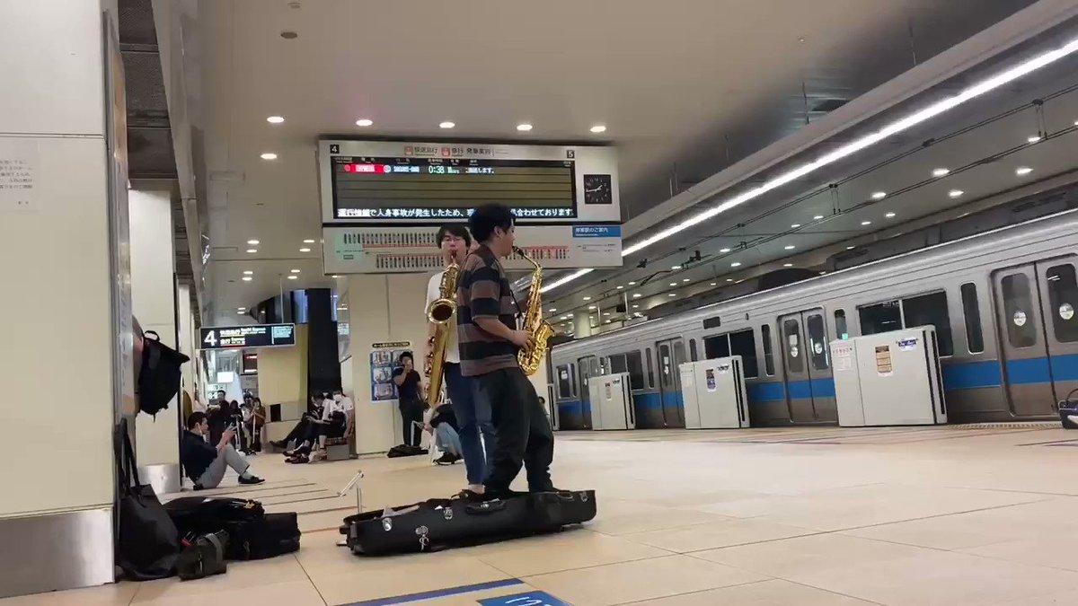 終電ストップした新宿午前2時!!!温かく見守ってくれた、駅ホームのみなさんありがとうございました!!!そして何より駅員のみなさん、本当にお疲れ様でした😭😭😭楽器持って立ったらそれはもうどこだってステージってわけハイ最高