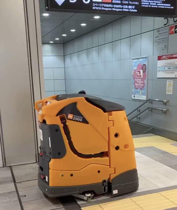 昨日新宿駅の終電終わって中で迷ってたら外出そびれて出口閉められるし、何故かだれも居ないしな状況で、奥から現れた巨大なルンバみたいなやつに遭遇した時、人間が滅びた後に自分とロボットしかいない世界にいるような感じしてなんか絶望感あった。