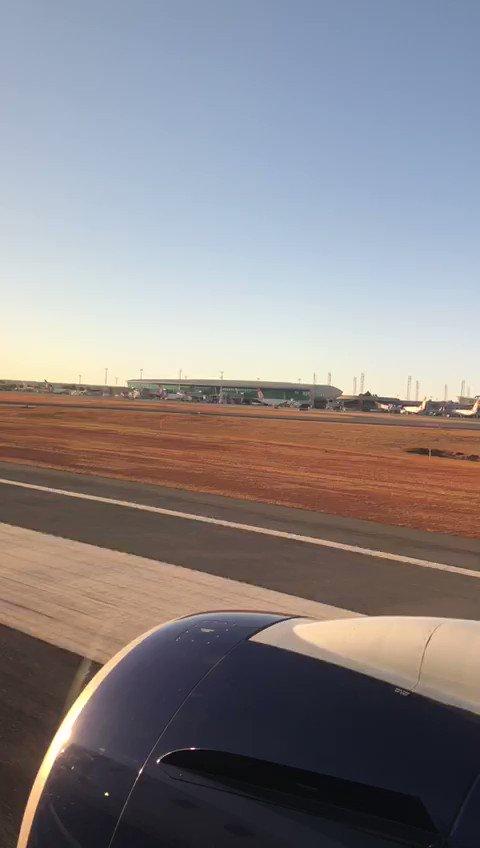 Tripulação, decolagem autorizada! Hora de relaxar e curtir o voo.   A bordo nós oferecemos o friozinho na barriga e uma vista privilegiada do nascer do sol mais bonito do país, em plena seca de #Brasília. ☀   #AeroportoBSB. https://t.co/a2PNu4qplF