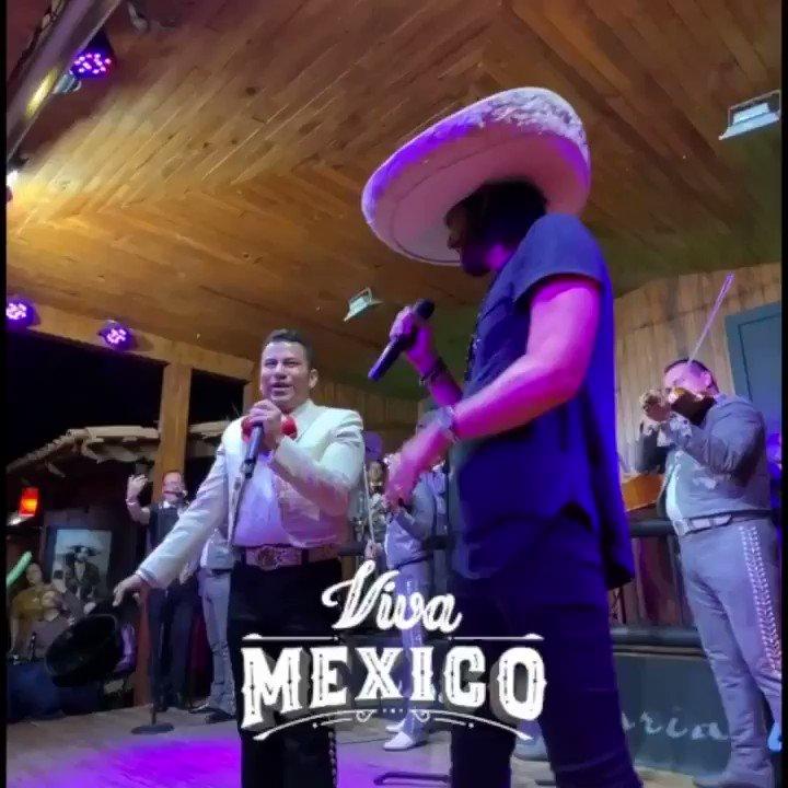 Recordando esa noche en Guadalajara cantando con el Mariachi, quiero desearle a todos mis amigos mexicanos, ¡felices fiestas patrias! 👏🏼🇲🇽 #VivaMéxico #México #Mariachi https://t.co/s3fBgFO9Fl