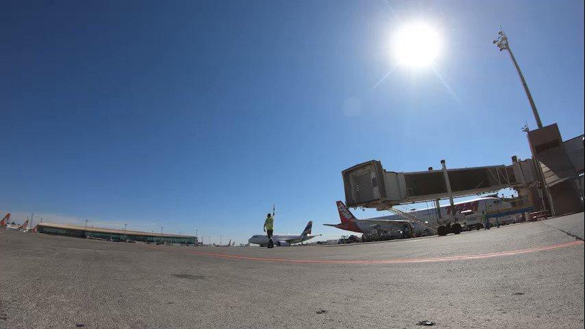 É, pessoal... Quem vê aeronave não vê corre, né?! 😆 Olha só o trabalhão que dá colocar tudo no ar! #AeroportoBSB #Brasília https://t.co/KiCKmfmZqE