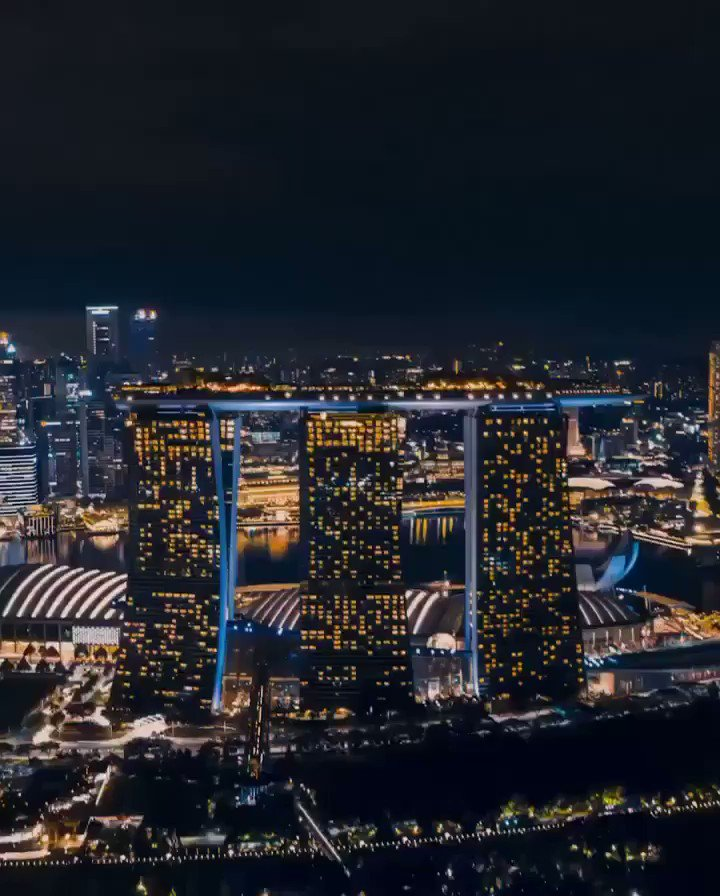 Marina Bay in #Singapore is famous for its modern architecture, such as  Marina Bay Sands and ArtScience Museum, and futuristic Gardens by the Bay. Watch these marvels of technology light up the night sky.  📸: IG@jsrpixel https://t.co/jgWtPmR9Kd