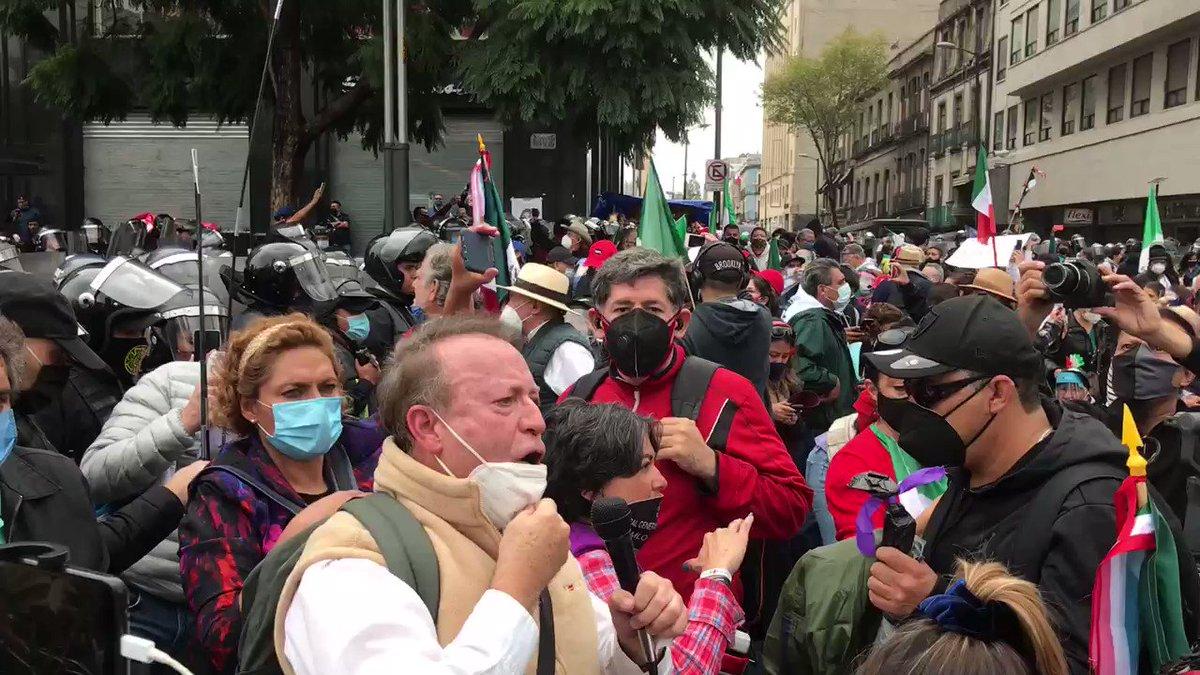 No hubo gente en  el #Zocalo para el grito de Independencia por qué hay una contingencia sanitaria. Pero los de #Frenaa dicen que les impiden el ingreso xq les estan violando el libre tránsito.👇🥺 @_VicenteSerrano  @MemeYamelCA  @rocioss https://t.co/Tqeq5zKraR