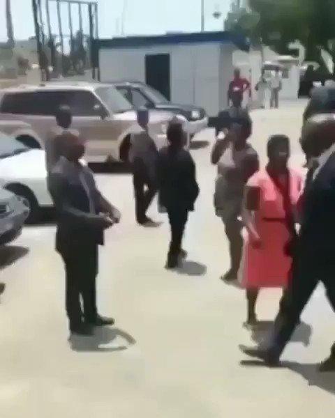 🇬🇳| GUINEA El mismo presidente de Guinea, Alpha Condé, golpea públicamente al ministro que robó los fondos para la gestión de la pandemia del coronavirus! #Guinea #coronavirus