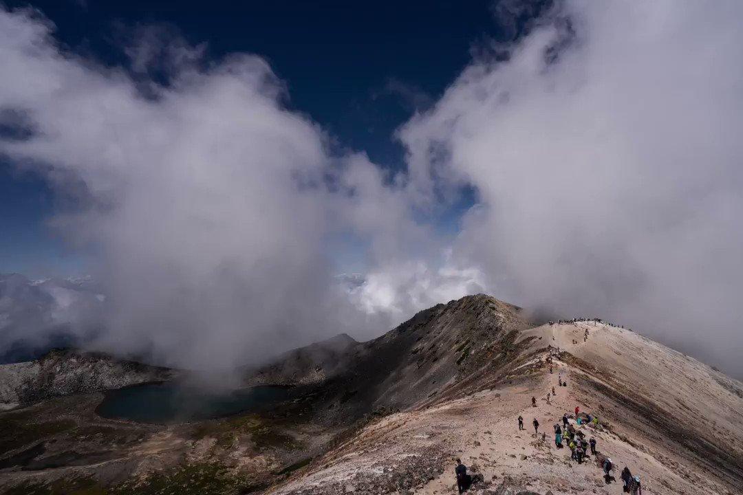 Image for the Tweet beginning: 昨日の乗鞍岳、山頂からちょっと降りたところで昼飯を食べてる時の撮ったタイムラプスです。右側奥に槍、穂高が見える角度ですが、残念ながら雲から姿を現しませんでした。#乗鞍岳