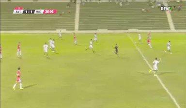 Aquí el segundo gol de Corbacho. Menudo centro y menudo remate del ex del Atlético Mancha Real. Golazo.