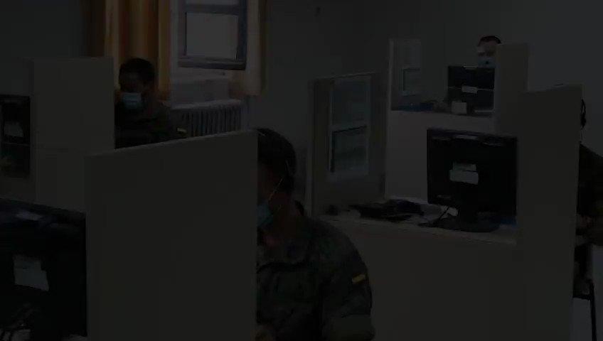 64 militares del @EjercitoTierra, pertenecientes al Mando de Artillería Antiaérea y a la Brigada 'Guadarrama' XII, se han incorporado a las labores de rastreo de casos de #COVID19 en la Comunidad de Madrid, donde ya se encontraban realizando este apoyo personal de la @UMEgob. https://t.co/o53bhGEAte