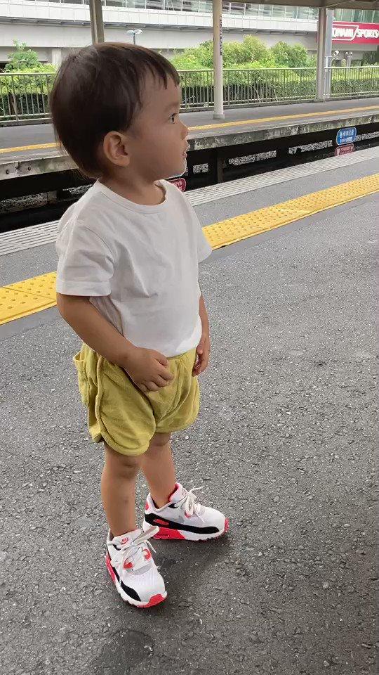 阪急電車の9000系が好きな次男がただひたすら「9000系!」と連呼しながらステップを踏む動画がこちらです。