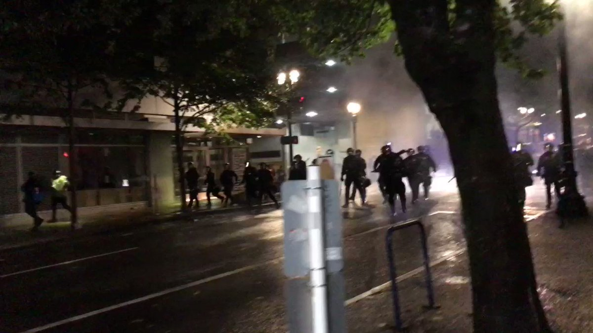#PORTLAND: police just bull rushed through downtown to make mass arrests. Tear gas deployed too. #PortlandProtests #PDXprotests https://t.co/9p82KFDfGQ