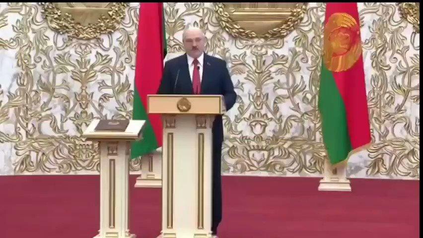 """厚顏無恥哦!白俄總統盧卡申科宣誓就職 9月23日,白俄羅斯,盧卡申科秘密舉行了第六任總統就職儀式(事先誰都不知道),就連俄羅斯駐白俄大使也沒接到邀請,儀式全程被各種軍警裝甲車圍著。盧卡申科在就職儀式上說:""""他不能也沒有權利丟下白俄羅斯人民""""。"""