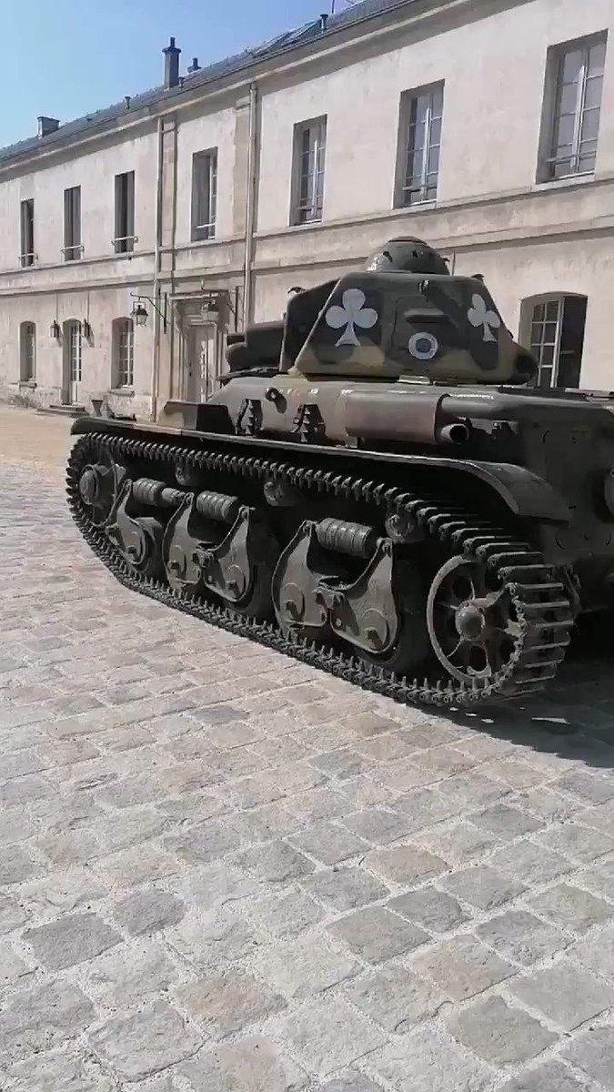 フランスのパリ東方に建つヴァンセンヌ城近くを走行するルノーR35✨お城と戦車もなかなか似合います🌟^w^
