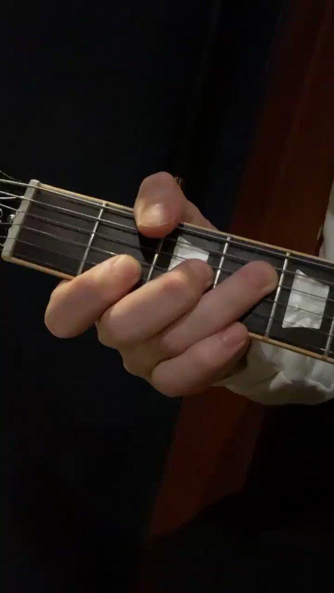 基本的に6弦は親指で押さえてます。